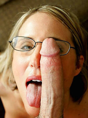 sexy knockout grown-up with glasses displaying her pussy