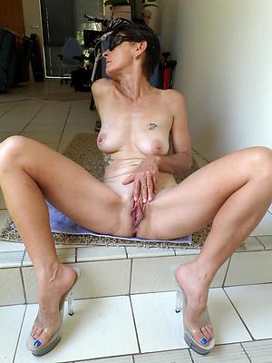 mature column in high heels posing nude