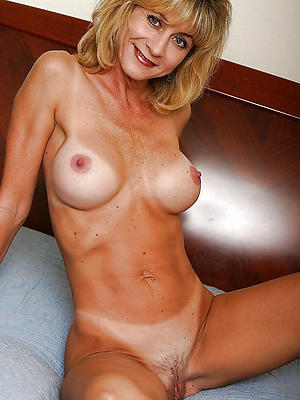 beautiful sexy mature posing nude