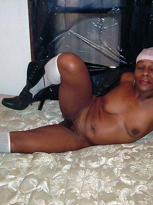 black mature bbw posing nude