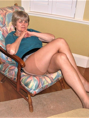 unconstrained body mature pussy in pantyhose