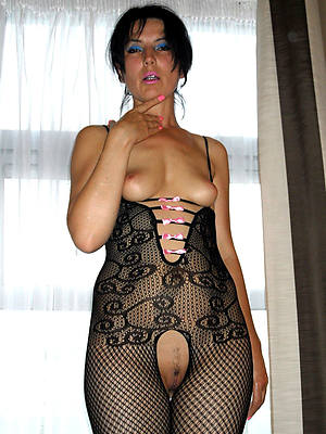 Mr Big brunette full-grown displaying her pussy