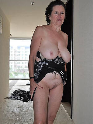 xxx mature strata displaying the brush pussy